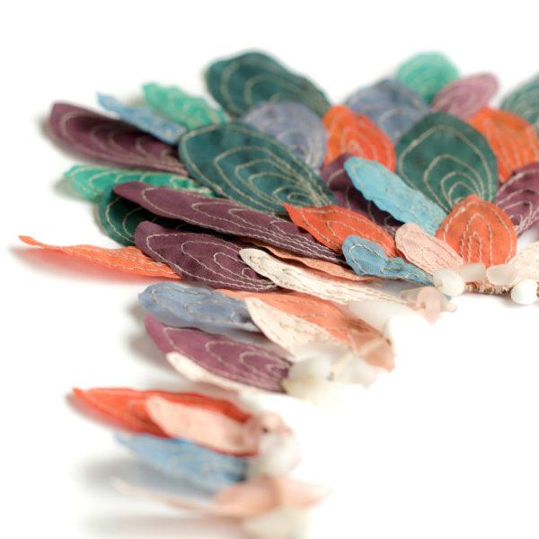 Parure inspirée des plumages colorés des oiseaux