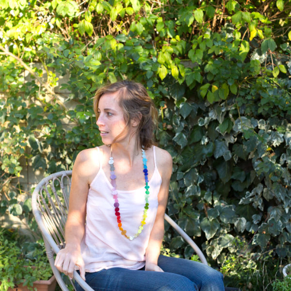 Collier couleurs arc-en-ciel porté
