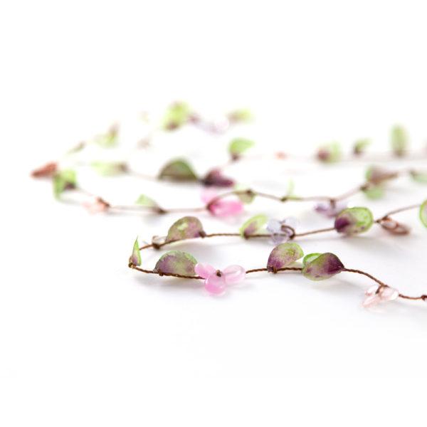 Feuilles de tissus teintes à la main et perles de verre.