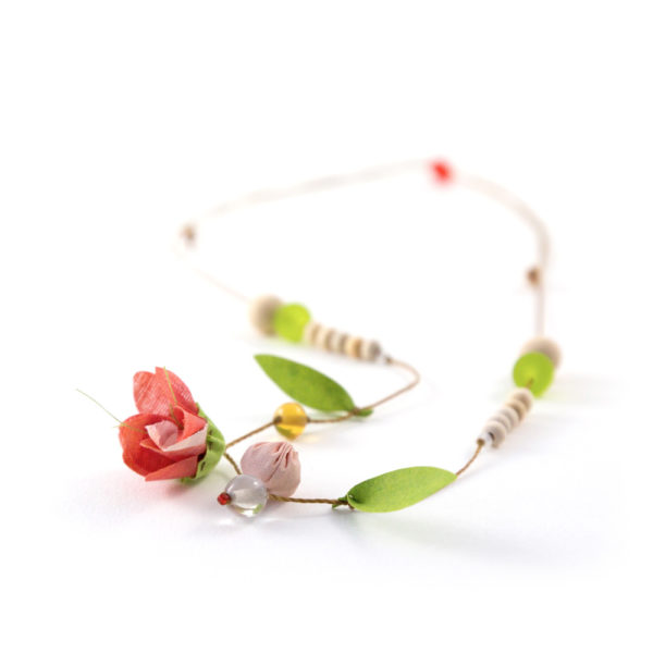 Fleur en tissus et perles en bois