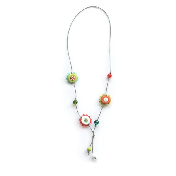 Collier originale avec des perles en forme de fleur