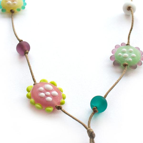 Jolies perles de verre en forme de fleur