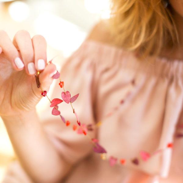 Collier composé de coeur en perle et en tissus
