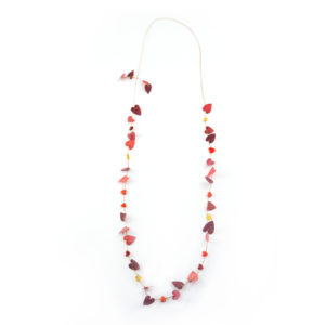 Perles de verre rouge en forme de coeur