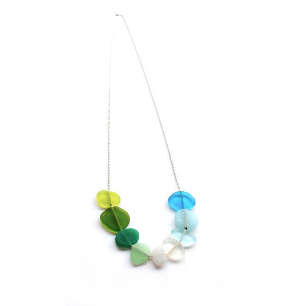 Collier artisanal de perles plates en verre couleurs de la mer.